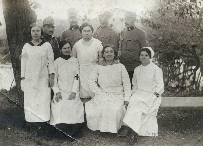Kobiety w służbie medycznej akceptowano, ale tylko na tyłach. Fotografia wykonana w Wadowicach w 1915 roku /Ciekawostki Historyczne