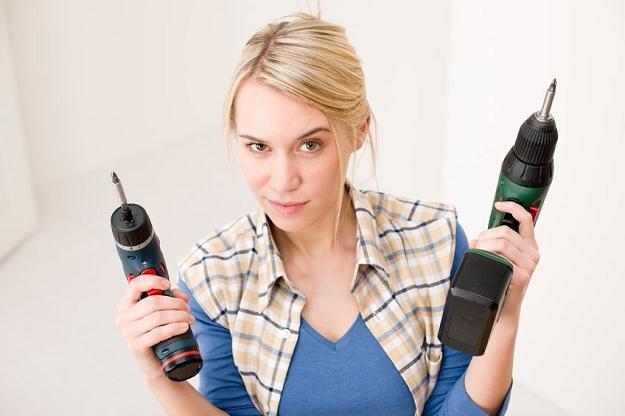 Kobiety wybierając ekipę remontową kierują się przede wszystkim niską ceną /©123RF/PICSEL
