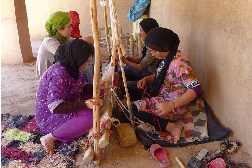 Kobiety z plemienia Ait Khebbach  przy pracy, fot. Eric Ossart /Styl.pl/materiały prasowe