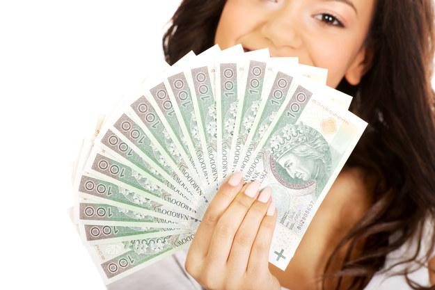 Kobiety zarabiają więcej dzięki 500+? /123RF/PICSEL