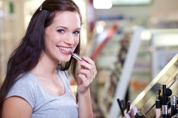 Kobiety zmuszone do oszczędności szukają drobnych przyjemności w zakupach kosmetyków /123RF/PICSEL