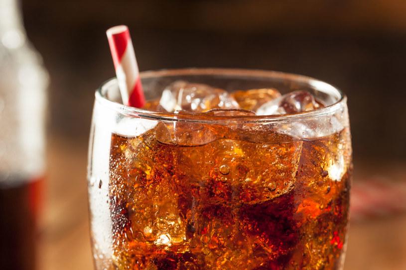 Kofeina w coli zwęża naczynia krwionośne, a migreny często są związane z ich rozszerzeniem /123RF/PICSEL