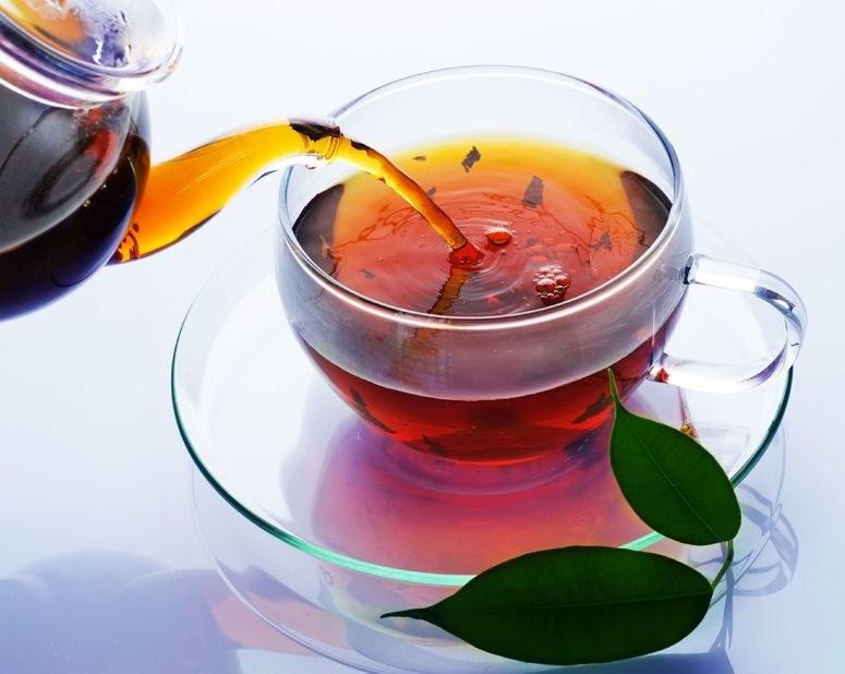 Kofeina zawarta w herbacie pobudza metabolizm lipidów /123RF/PICSEL