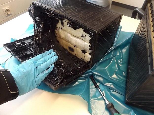 Kokaina była ukryta w pojemnikach na akumulatory wózka inwalidzkiego /ESSEN CUSTOMS AUTHORITIES /PAP/EPA