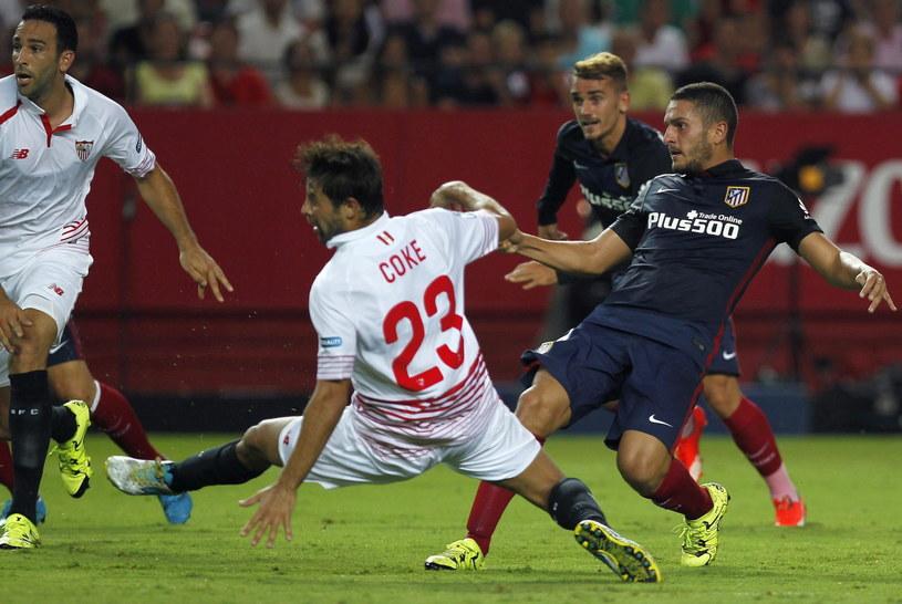 Koke (z prawej) strzela gola na 1-0 dla Atletico /PAP/EPA