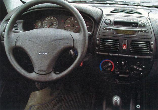 Kokpit Bravy to mnóstwo obłości i zaokrągleń poukładanych w bardzo efektowną całość. Dobre wrażenie psuje jednak nie nadzwyczajnej jakości plastik. /Motor