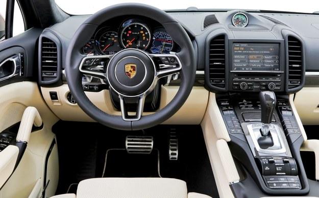 Kokpit Cayenne Turbo S jest standardowo wykończony włóknem węglowym. Gąszcz przycisków wbrew pozorom ułatwia obsługę – są one bardzo dobrze pogrupowane i czytelnie opisane. /Motor