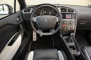 Kokpit DS4 nie jest zbyt skomplikowany. I dobrze. Łatwa obsługa, efektowne zegary i kierownica, która dobrze leży w dłoniach to zalety tego Citroena. Plus za dobrą widoczność z miejsca kierowcy. /Motor