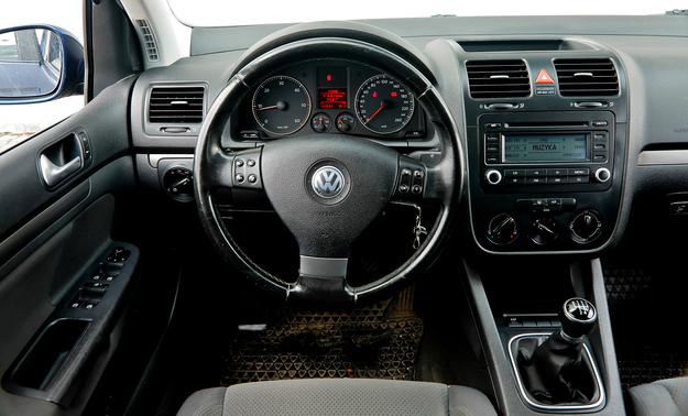 Kokpit Golfa dobrze znosi próbę czasu – czego nie można powiedzieć o skórze kierownicy. O wieku auta świadczą też odpryski na uchwytach drzwiowych. Za to przełączniki są właściwie jak nowe. /Motor