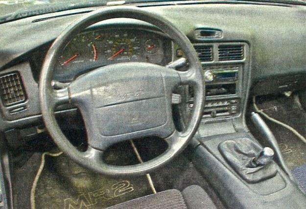 Kokpit, jak to w samochodzie japońskim z lat dziewięćdziesiątych, wykonany jest z plastików marnej jakości. /Motor