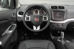 Kokpit jest przejrzysty i wykonany z tworzyw wysokiej jakości. Ekran systemu multimediów ma przekątną 8,4 cala. /Motor