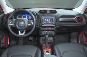 Kokpit jest przyzwoicie zmontowany i ergonomiczny – ekran multimediów znajduje się pod ręką. Plus za duże pokrętła wentylacji oraz poręczną kierownicę. Co dziś rzadkie, kierowca widzi niemal całą maskę. /Jeep
