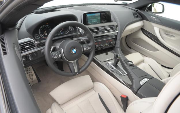 Kokpit jest zorientowany w stronę prowadzącego. Na uwagę zasługuje świetnie leżąca w dłoniach kierownica i obszycie deski rozdzielczej skórą (elementy pakietu M Sport). /Motor
