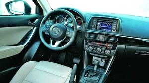 Kokpit Mazdy utrzymany w nowoczesnym, sportowym stylu. Jego obsługa jest intuicyjna, a kierownica przypomina tą z roadstera MX-5 i świetnie leży w dłoniach. /Motor