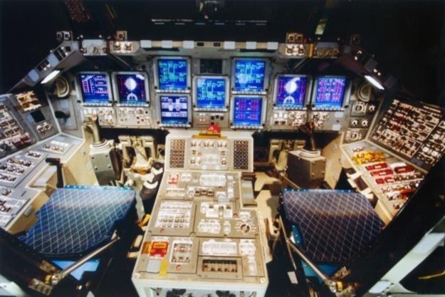 Kokpit wahadłowca Atlantis.           Fot. NASA /materiały prasowe