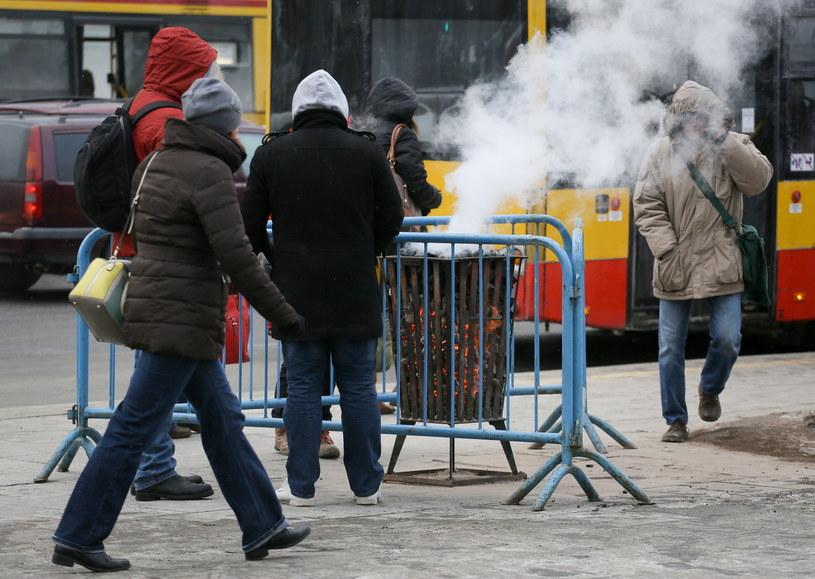 Koksownik na przystanku autobusowym /Paweł Supernak /PAP