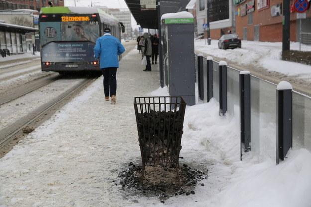 Koksowniki na przystankach komunikacji miejskiej w Olsztynie. W ostatnich dniach temperatura w mieście spadała poniżej minus 15 stopni Celsjusza /Tomasz Waszczuk /PAP
