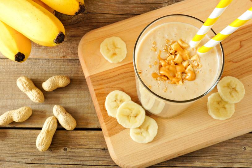 Koktajl bananowy jest świetnym pomysłem na przekąskę w ciągu dnia /123RF/PICSEL