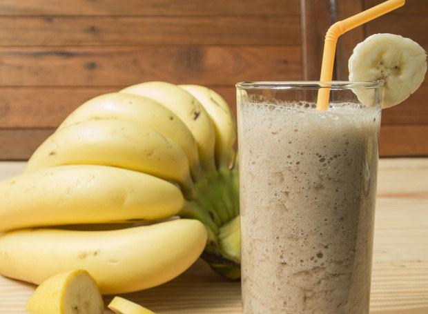 Koktajl z banana to świetny pomysł na śniadanie /123RF/PICSEL