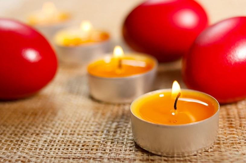 Kolacja przy świecach może zakończyć się tragicznie dla obrusu. Na szczęście plamę możesz wywabić nawet następnego dnia /123RF/PICSEL