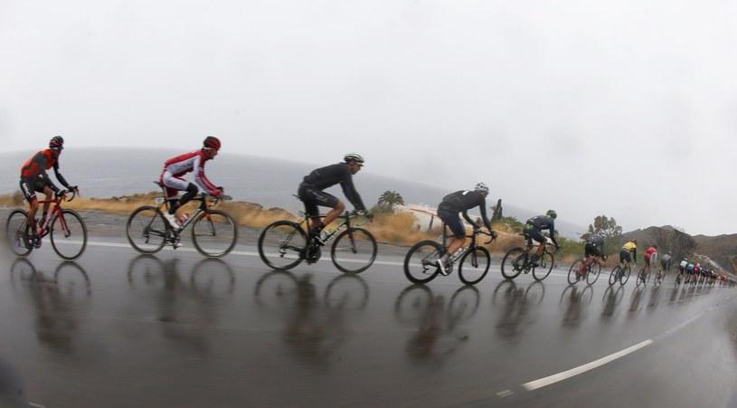 Kolarze na trasie 11. etapu Vuelta a Espana musieil zmagać się z trudnymi warunkami /PAP/EPA