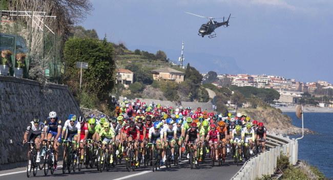 Kolarze na trasie klasyku Mediolan - San Remo /PAP/EPA