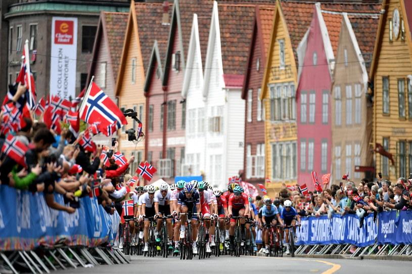 Kolarze na trasie wyścigu ze startu wspólnego elity mężczyzn podczas mistrzostw świata w norweskim Bergen /Bartłomiej Zborowski /PAP