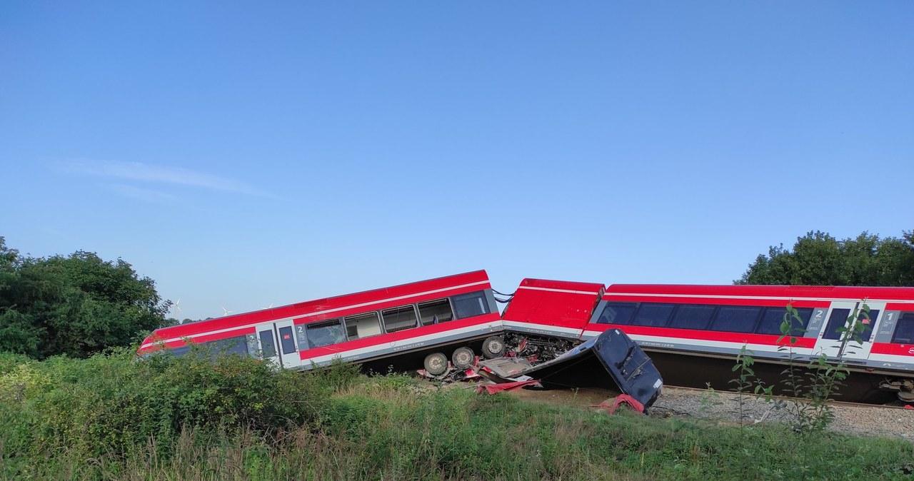 Kołbaskowo: Ciężarówka wjechała pod pociąg