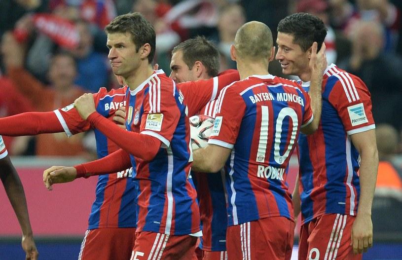 Koledzy z Bayernu gratulują Lewandowskiemu gola w meczu z Borussią /AFP