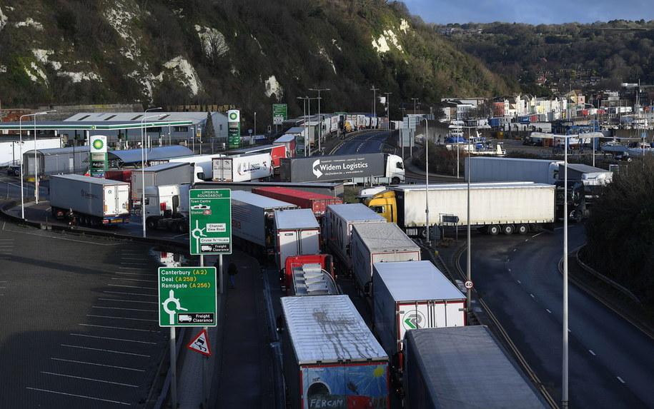 Kolejka ciężarówek przed portem w Dover / ANDY RAIN    /PAP/EPA