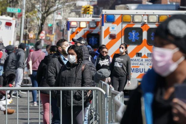 Kolejka czekających na testy na koronawirusa przed jednym z nowojorskich szpitali / BRYAN R. SMITH /PAP/EPA