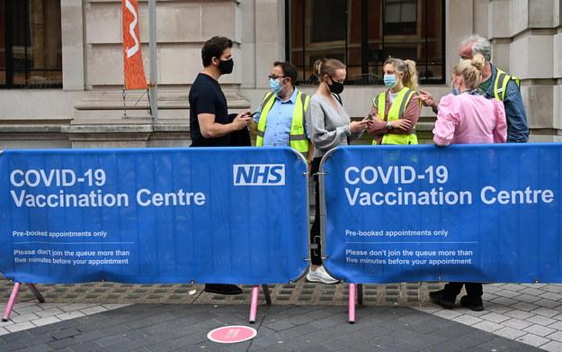 Kolejka do centrum szczepień przeciwko Covid-19 w Londynie / ANDY RAIN    /PAP/EPA