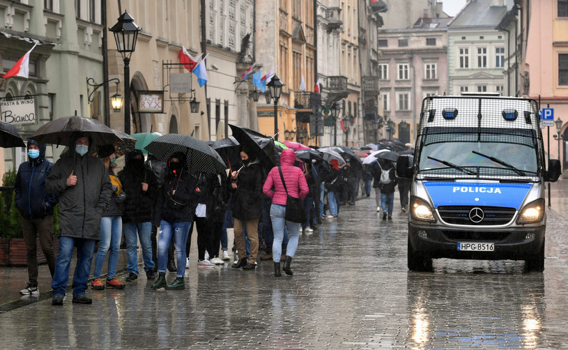 Kolejka do mobilnego punktu szczepień na Rynku Głównym w Krakowie /Artur Barbarowski /East News