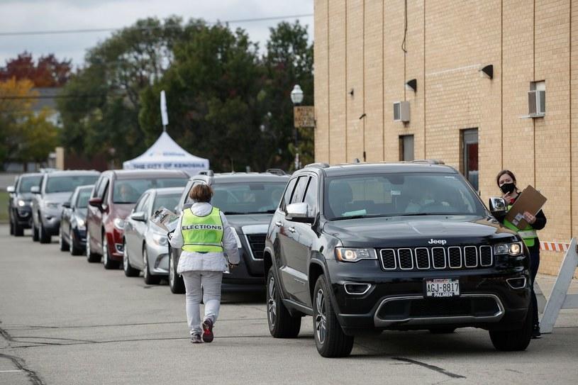Kolejka do punktu głosowania drive-thru w mieście Kenosha w Wisconsin. /KAMIL KRZACZYNSKI / AFP /AFP