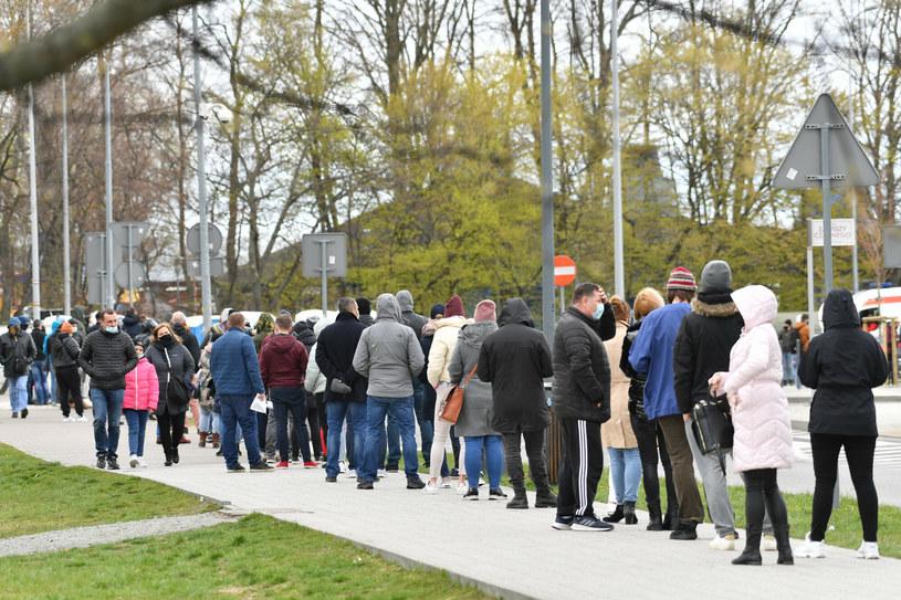 Kolejka do punktu szczepień powszechnych przeciwko COVID-19 w Gdyni /Wojciech Stróżyk /Reporter