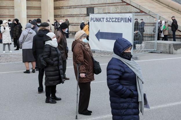 Kolejka do punktu szczepień przeciwko COVID-19 w szpitalu tymczasowym na Stadionie Narodowym w Warszawie /Paweł Supernak /PAP