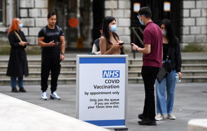 Kolejka do punktu szczepień w Londynie /ANDY RAIN /PAP/EPA