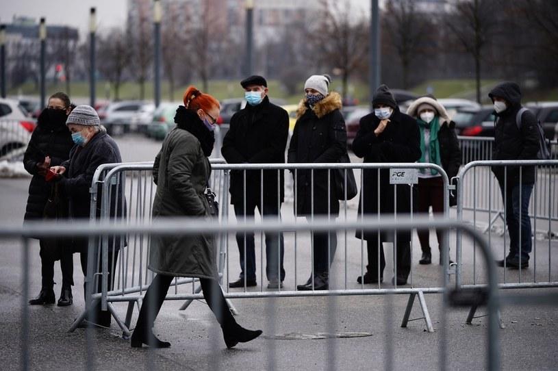 Kolejka do szczepień w szpitalu na Stadionie Narodowym /Mateusz Wlodarczyk /Agencja FORUM