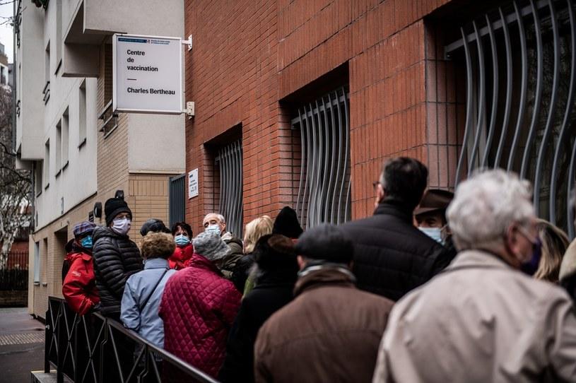 Kolejka do szczepienia przeciw COVID-19 w Paryżu /MARTIN BUREAU /AFP