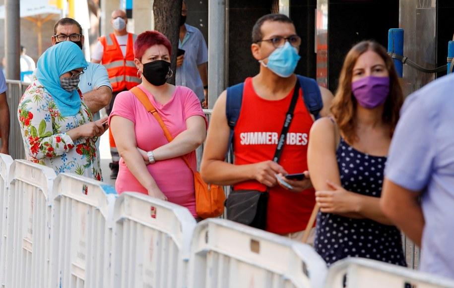Kolejka do testów w Barcelonie /SUSANNA SAEZ  /PAP/EPA