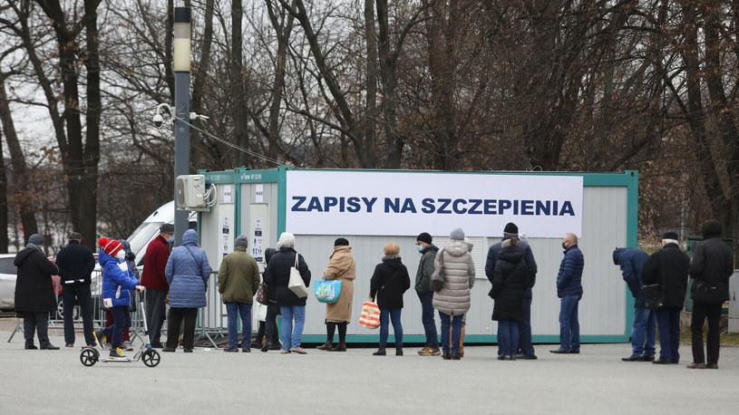 Kolejka do zapisów na szczepienia w Warszawie /Tomasz Jastrzębowski /Reporter
