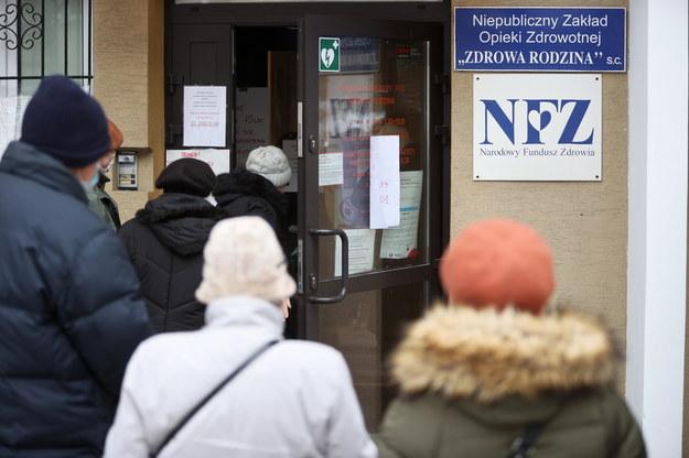 Kolejka do zapisów na szczepienie przeciwko Covid-19 pod przychodnią w Warszawie / Leszek Szymański    /PAP