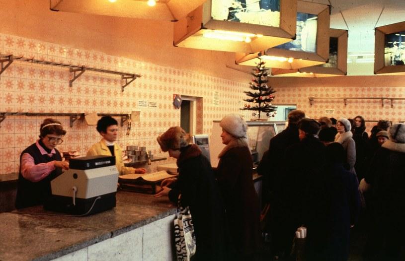 Kolejka i puste półki w sklepie mięsnym w Warszawie, grudzień 1982 rok. Walka o świąteczne zakupy nie była prosta /Chris Niedenthal /Agencja FORUM