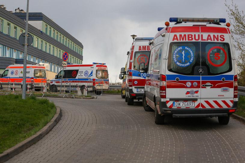 Kolejka karetek do szpitala we Wrocławiu /Krzysztof Zatycki/NurPhoto /Getty Images