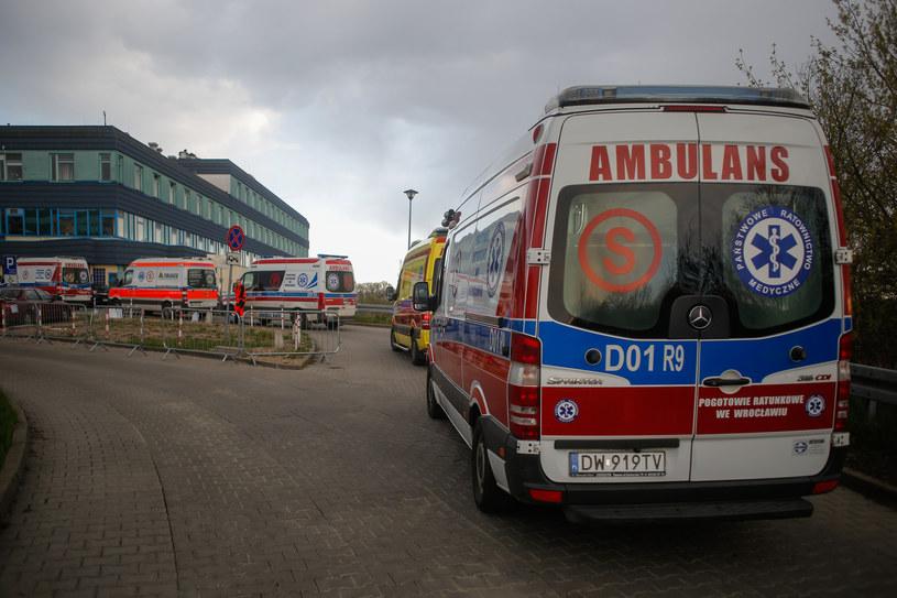 Kolejka karetek przed szpitalem we Wrocławiu, zdjęcie z 22 kwietnia 2021 /Krzysztof Zatycki/NurPhoto via Getty Images /Getty Images