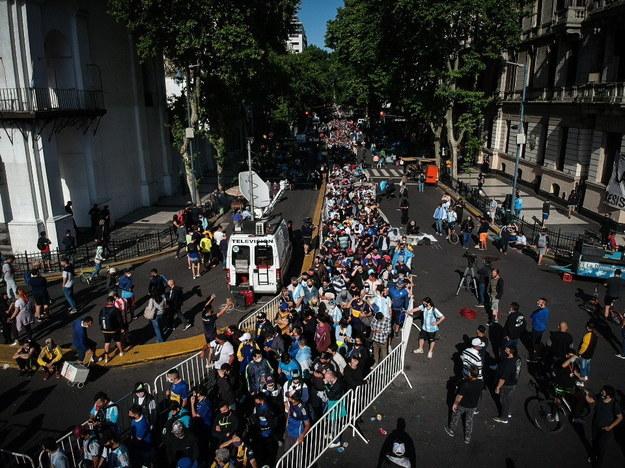 Kolejka kibiców do trumny Maradony. Została wystawiona w Pałacu Prezydenckim w Buenos Aires /JUAN IGNACIO RONCORONI /PAP/EPA