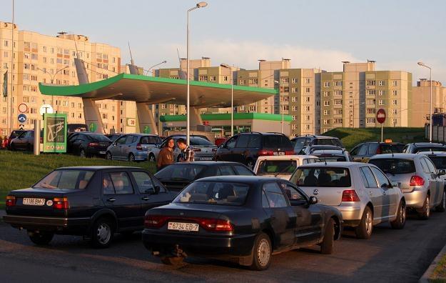 Kolejka na jednej ze stacji w Mińsku /PAP/EPA