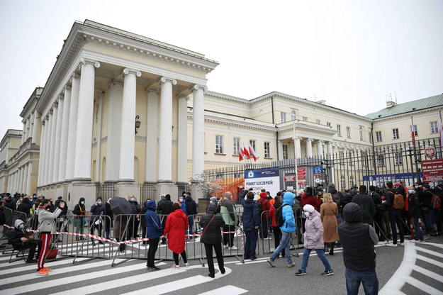 Kolejka osób oczekujących przed punktem szczepień masowych przeciwko Covid-19 na placu Bankowym w Warszawie / Leszek Szymański    /PAP