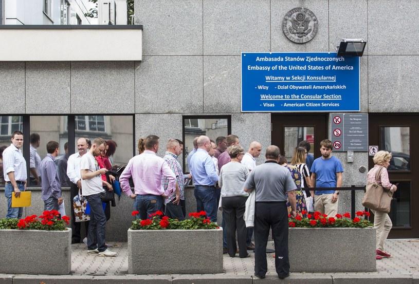 Kolejka przed ambasadą USA w Warszawie /Andrzej Hulimka  /East News