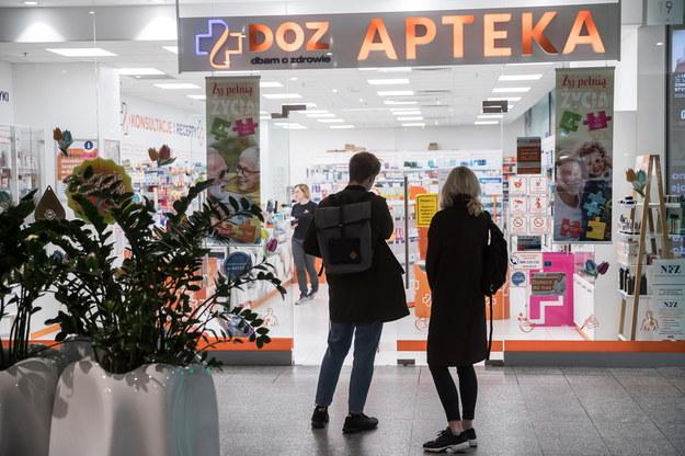 Kolejka przed apteką w Krakowie //Łukasz Gągulski /PAP